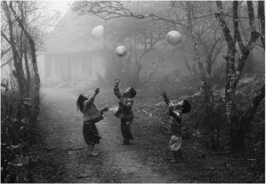 Three angels, three red balloons